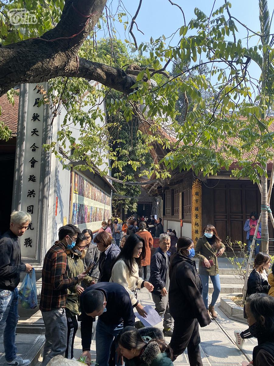 Cảnh đông đúc người đi lễ chùa Hà ngày mùng 1 tháng Chạp.